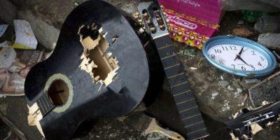 Esta imagen, tomada del 23 de abril de 2016, muestra una guitarra rota junto a un reloj en el interior de una vivienda destrozada por un sismo de magnitud 7,8, en Pedernales, Ecuador. Equipos de todo el mundo llegaron a la costa ecuatoriana del Pacífico para buscar a las docenas de desaparecidos tras el potente terremoto que arrasó la zona en la noche del 16 de abril. Residentes se unieron a las tareas de rescate con sus propias manos, cada vez más desesperados a medida que se agotaba el tiempo para dar con sobrevivientes. Foto:AP