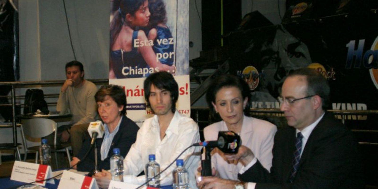 """Octubre 2005 – Benny Ibarra anunció su colaboración con """"Save the Children México"""" y """"Fundación Merced"""" para recolectar víveres para los niños que fueron afectados por los huracanes Stan y Wilma. Foto:Archivo Cuartoscuro"""