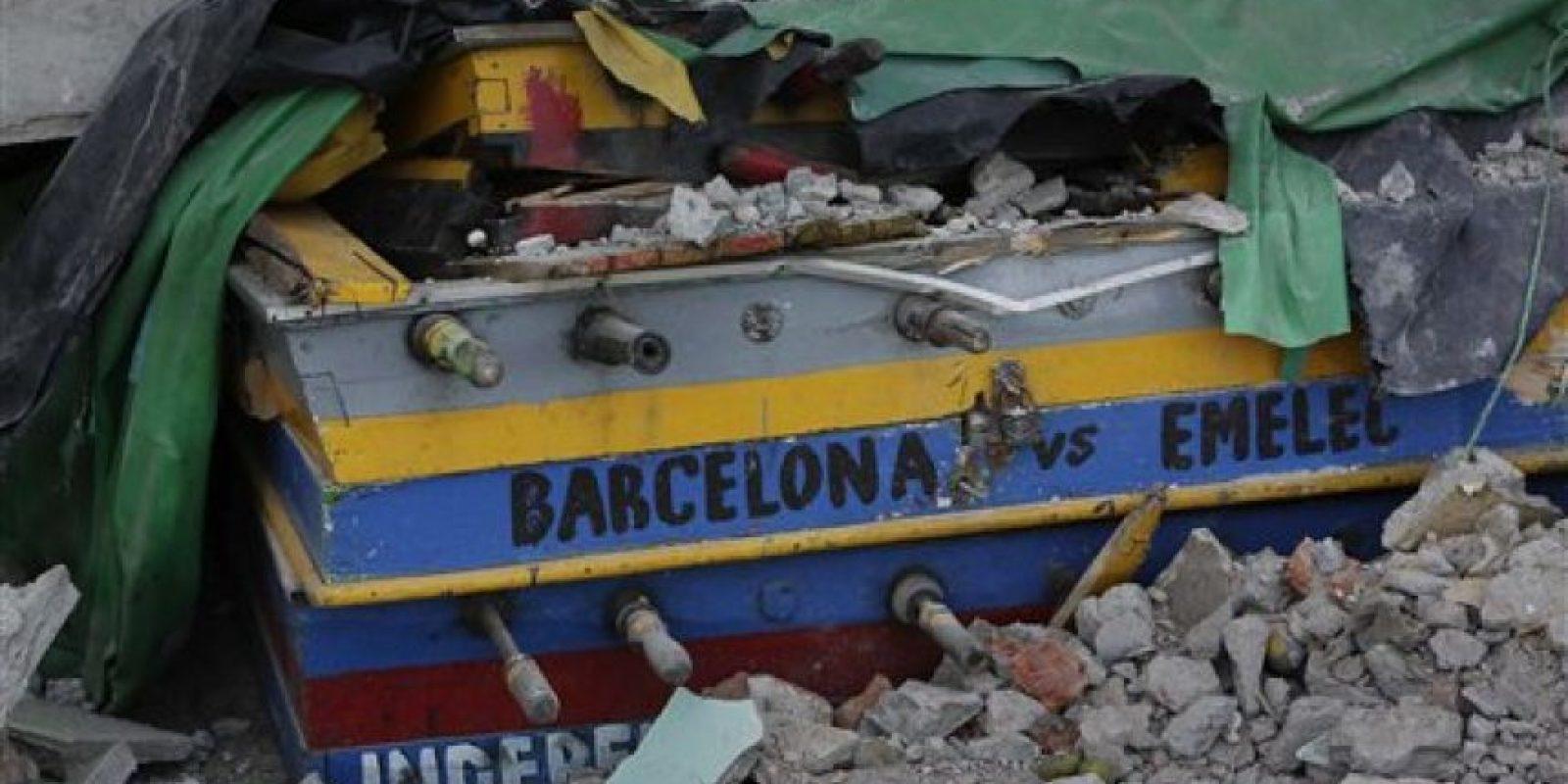 sta imagen, tomada el 20 de abril de 2016, muestra un futbolín medio sepultado entre los escombros con los nombres de dos populares equipos de futbol escritos en un costado, el Barcelona y el Emelec, en una vivienda destruida por un sismo de magnitud 7,8, en Pedernales, Ecuador. El presidente del país, Rafael Correa, dijo que el terremoto causó daños valorados en 3.000 millones de dólares y que las tareas de reconstrucción tomarán años. El gobierno elevó temporalmente los impuestos para financiar las tareas. Foto:AP