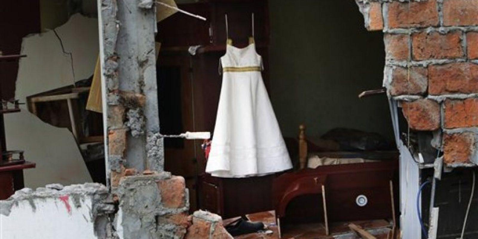 En esta imagen, tomada el 17 de abril de 2016, un elegante vestido blanco cuelga en un armario en una vivienda destruida por un sismo de magnitud 7,8 en Pedernales, Ecuador. El terremoto del 16 de abril destruyó o dañó unas 1.500 viviendas y dejó a unas 23.500 personas sin hogar, según el gobierno Foto:AP
