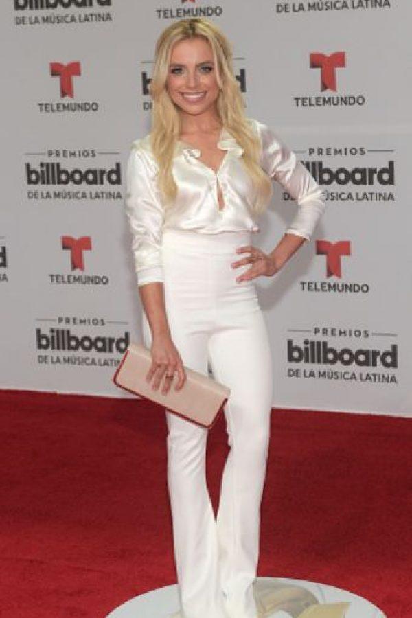 Marcela Guirado en un espantoso look blanco de satín ochentero. Es como combinar a Kim Kardashian y a un artista de música tropical. Foto:vía Getty Images