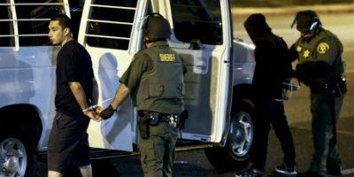 Policías y agentes lograron controlar y dispersar a los inconformes Foto:AP