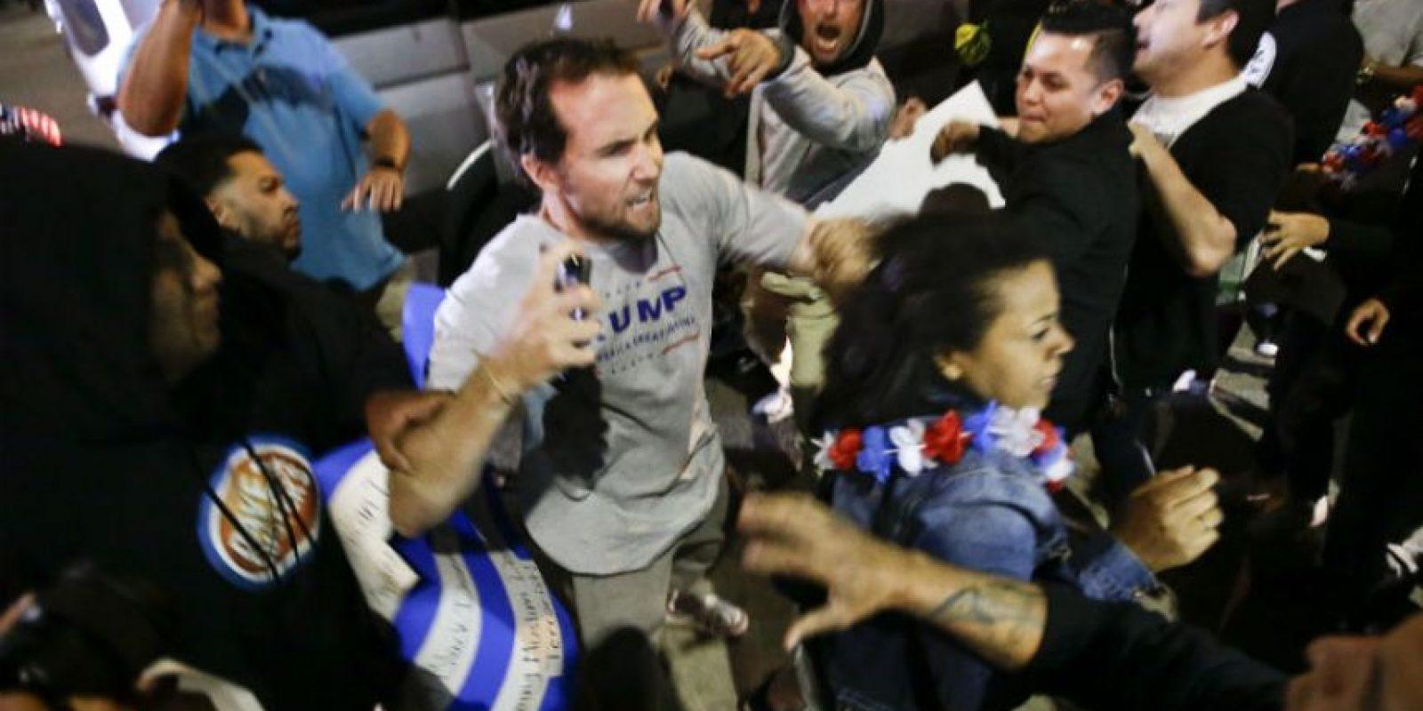Los participantes explicaron que sus protestas iban dirigidas contra los mensajes de corte xenófobo de Trump Foto:AP