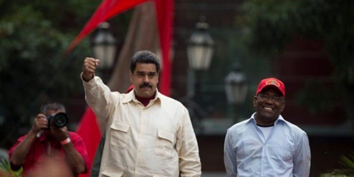 Venezuela colecta firmas para revocar mandato de Maduro