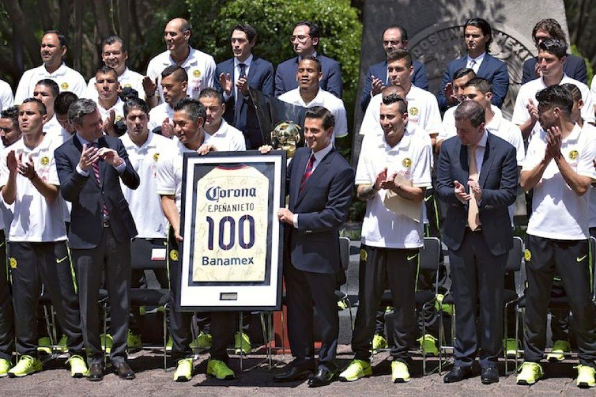 Las Águilas le obsequiaron un jersey conmemorativo al mandatario federal. Foto:Mexsport