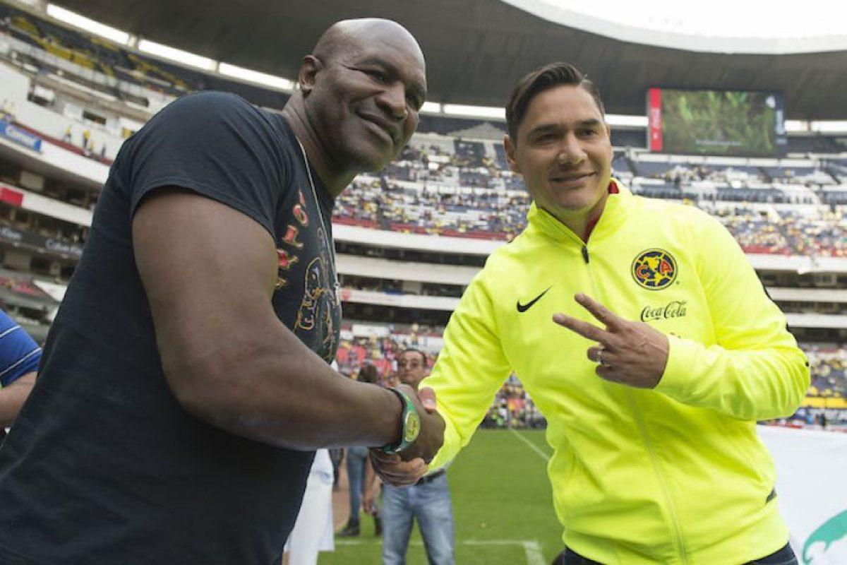 Ex campeón Evander Holyfield disfrutó el América vs Rayados en el Azteca Foto:Mexsport