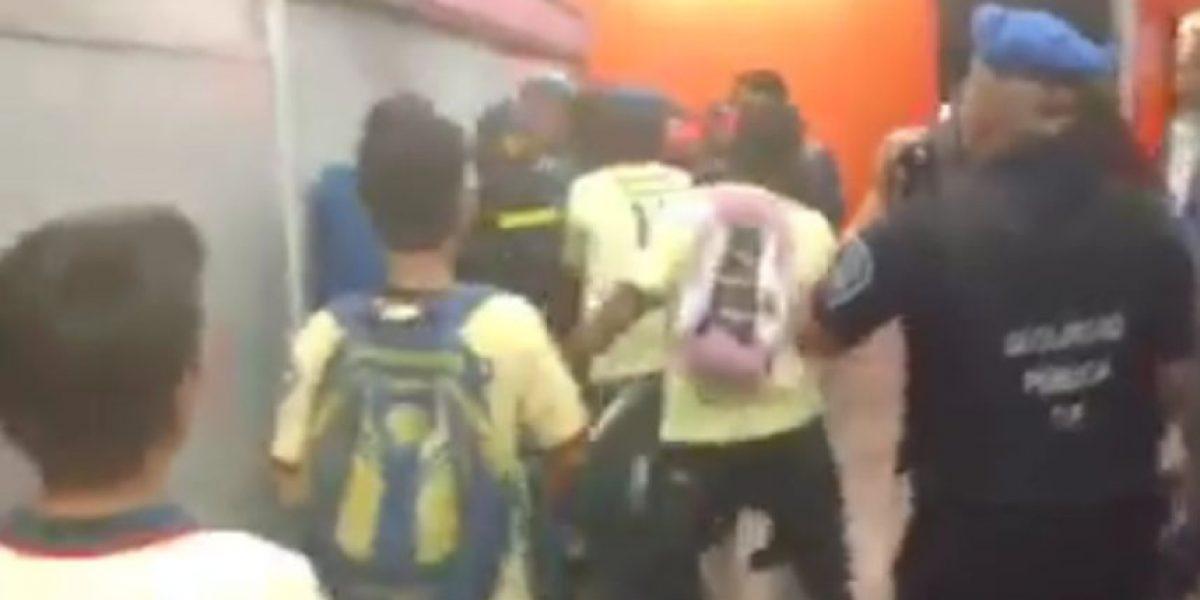 VIDEO: Barra de América agrede a aficionados rayados en el metro
