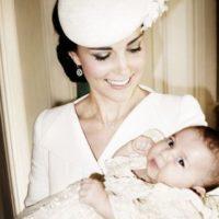 Aquí, con su madre. Foto:vía Facebook/The Royal Family