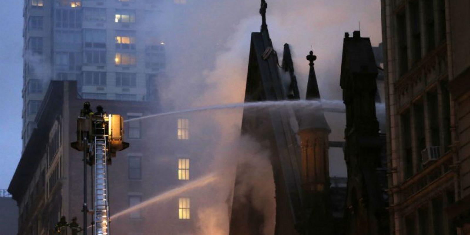 La catedral ortodoxade San Sava se incendió este domingo. Foto:AP