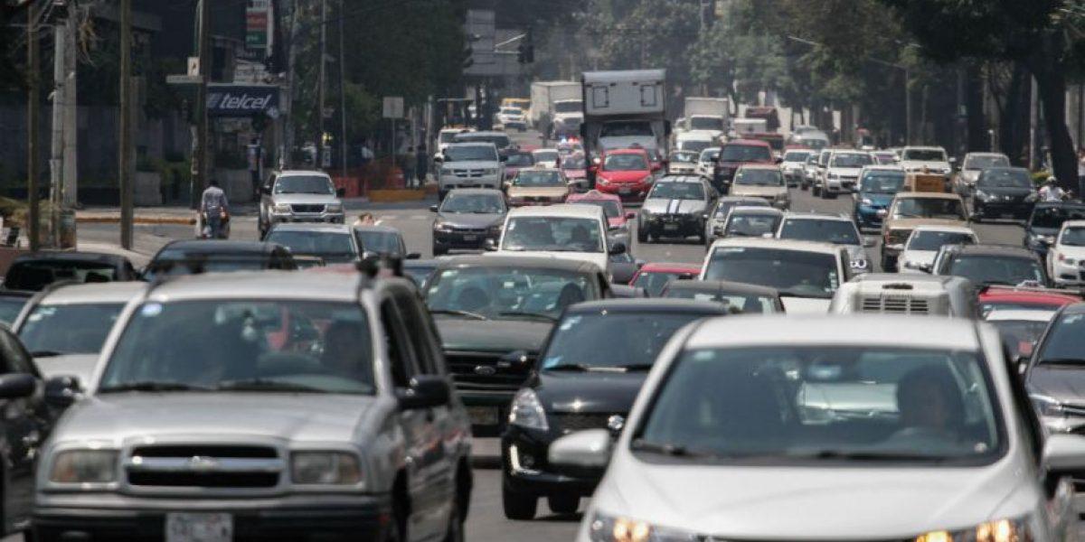 Por contingencia, este miércoles no circulan autos con engomado rojo y azul