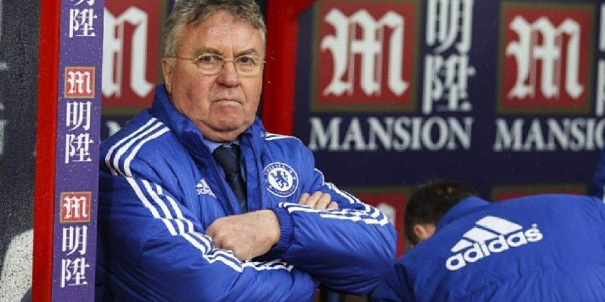 VIDEO: Guus Hiddink, entrenador del Chelsea sufre caída