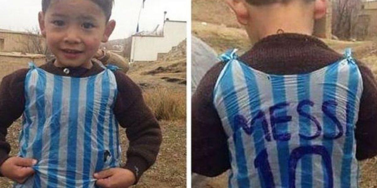 Niño afgano admirador de Messi huye del país por amenazas