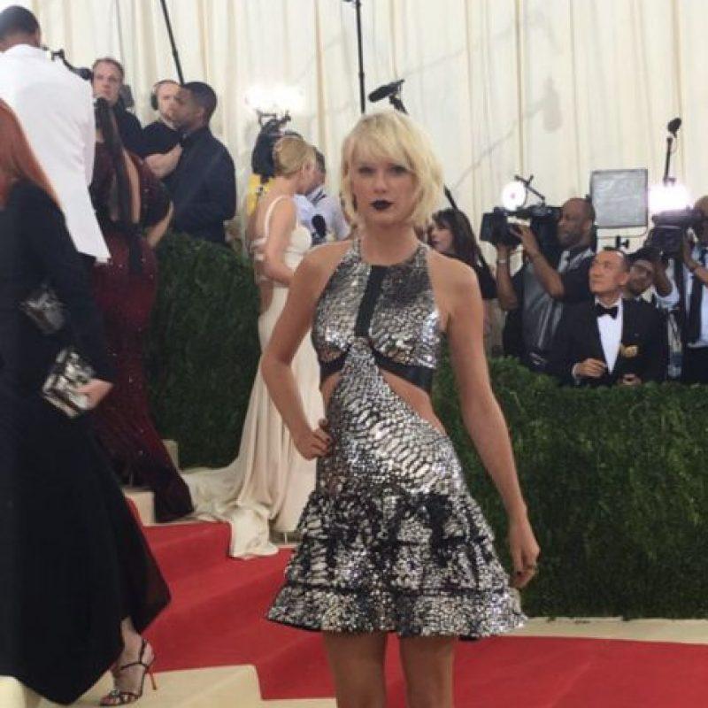 Taylor Swift parece muñeca gótica espacial. Foto:vía Getty Images