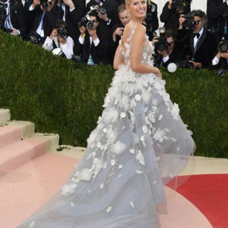 Karolina Kurkova, con un vestido climático y luminiscente. Foto:vía Getty Images