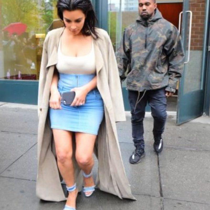 La esposa de Kanye West fue captada en las calles de Nueva York, luciendo sus piernas tonificadas gracias a una minifalda de talle alto que combinó con una t-shirt ajustada. Foto:Grosby Group