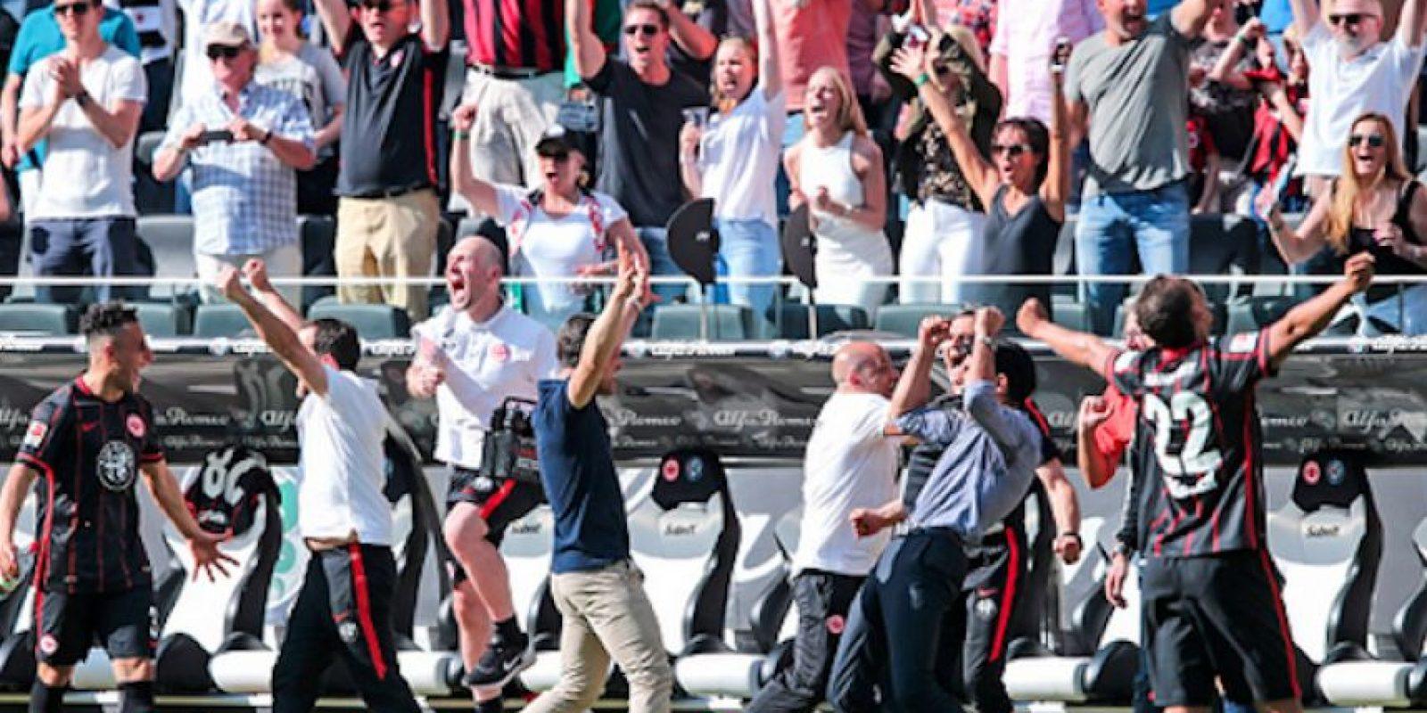Toda la banca del Eintracht Frankfurt celebró el final del partido. Foto:Getty Images