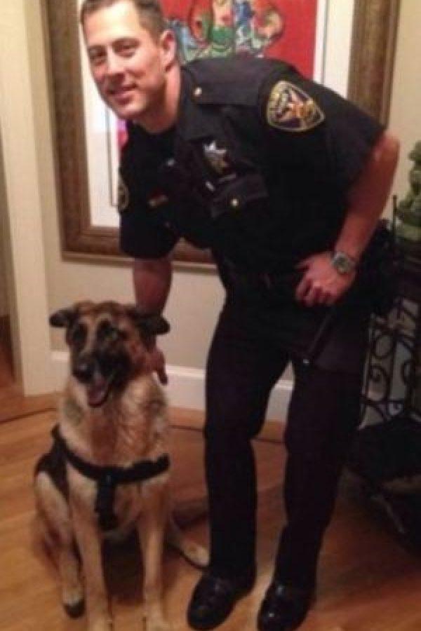 Un día, mientras el policía se encontraba patrullando, un vecino le pidió una fotografía. Korhs aceptó y en unas horas, la imagen estaba en las redes sociales causando gran impacto. Foto:Vía Facebook.com/hotcopofcastro