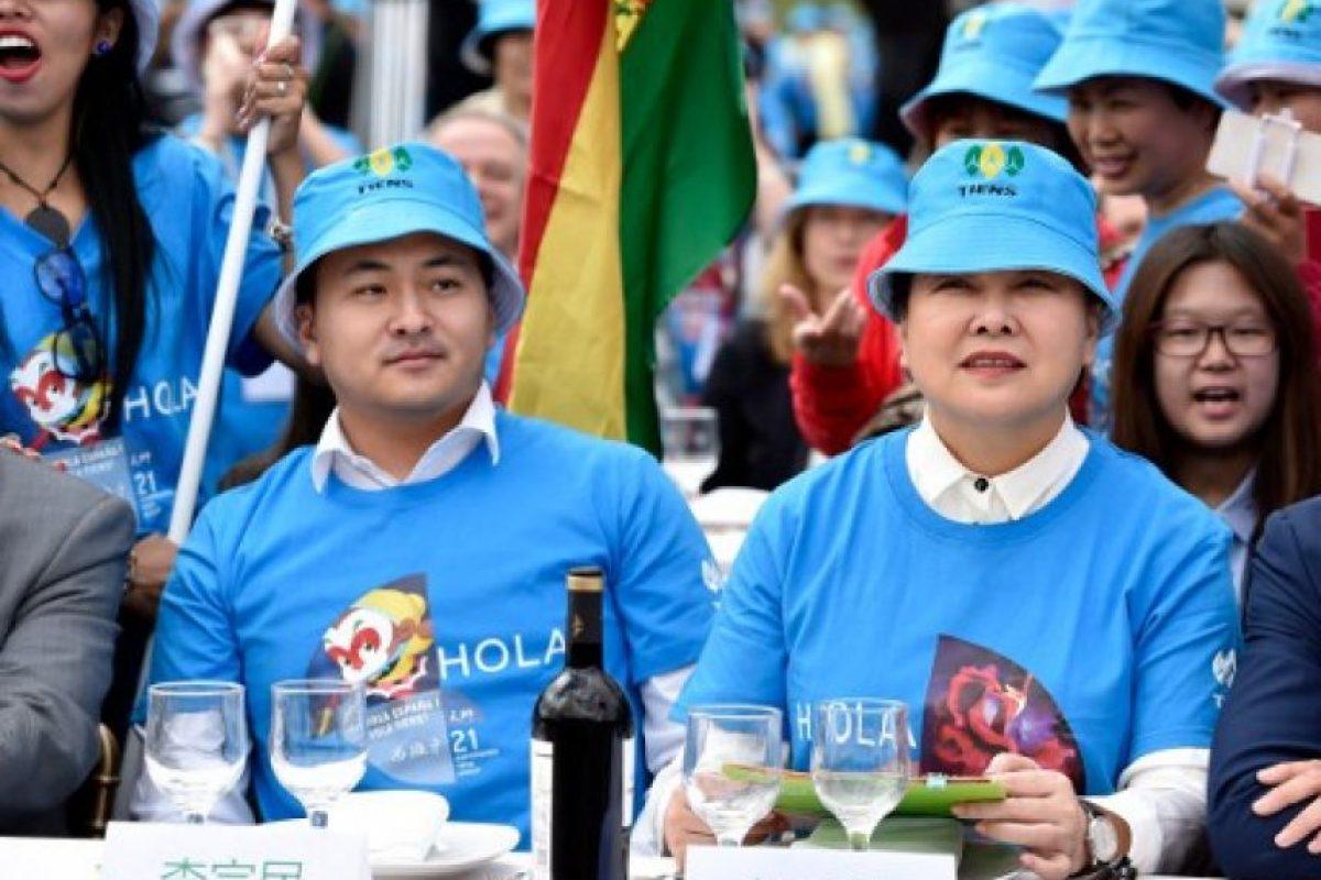 Li Zongmin (izq) hijo de Li Jinyuan dio la bienvenida a los dos mil 500 empleado de Grupo Tiens. Foto:AFP