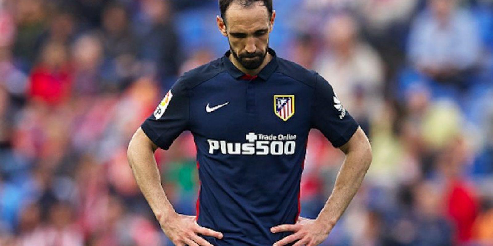 Juanfran se lamenta por la inesperada derrota ante el descendido Levante. Foto:Getty Images