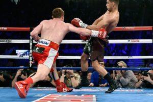El mexicano acudió y arrodilló ante el inconsciente Khan, y después hizo un gesto a Gennady Golovkin Foto:Getty Images