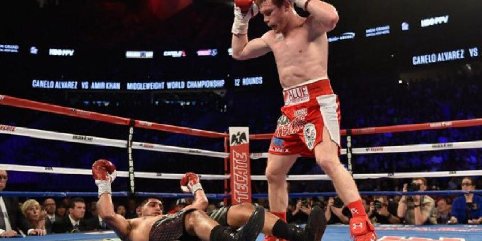 El árbitro Kenny Bayless ni siquiera se molestó en contar los segundos del out, a los 2:37 del sexto asalto Foto:Getty Images