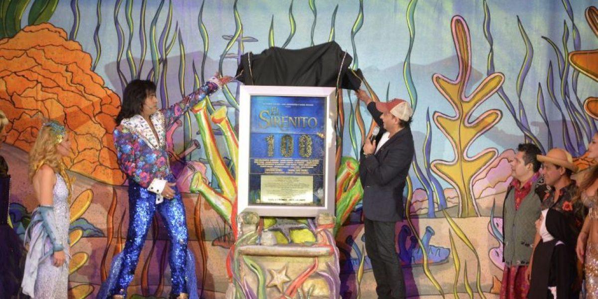 """Adal Ramones devela placa de 100 representaciones de """"El Sirenito"""""""