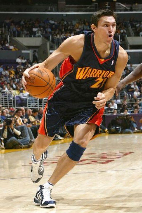 Para la temporada 2004-05, Eduardo Nájera fue traspasado a los Warriors de Golden State, equipo que estaba en plena reconstrucción y donde el chihuahuense brilló poco. Foto:Getty Images
