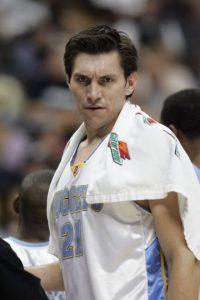 Esa misma temporada (2004-05), decidió mudarse a la ciudad de Denver para jugar con los Nuggets, equipo con el que participó durante tres temporadas y media. Su labor como suplente fue muy importante para el equipo. Foto:Getty Images