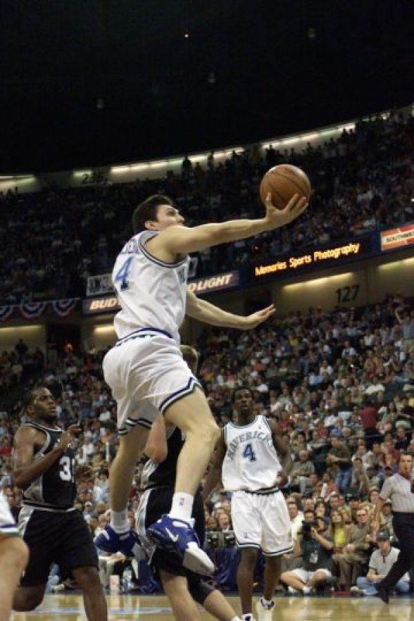 Eduardo Nájera jugó cuatro temporadas con los Mavericks de Dallas, siendo la 2001-02 la más productiva para el mexicano puesto que vio acción en 62 partidos promediando 6.5 puntos por partido y 5.5 rebotes. Foto:Getty Images