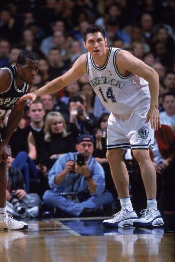 En el año 2000 apareció la figura de Eduardo Nájera, un mexicano que había destacado en su carrera universitaria con los Sooners de Oklahoma, equipo en el cual era figura. Los Mavericks de Dallas se fijaron en él y lo reclutaron para la temporada 2000-01, convirtiéndose en el segundo mexicano en llegar a la NBA. Foto:Getty Images