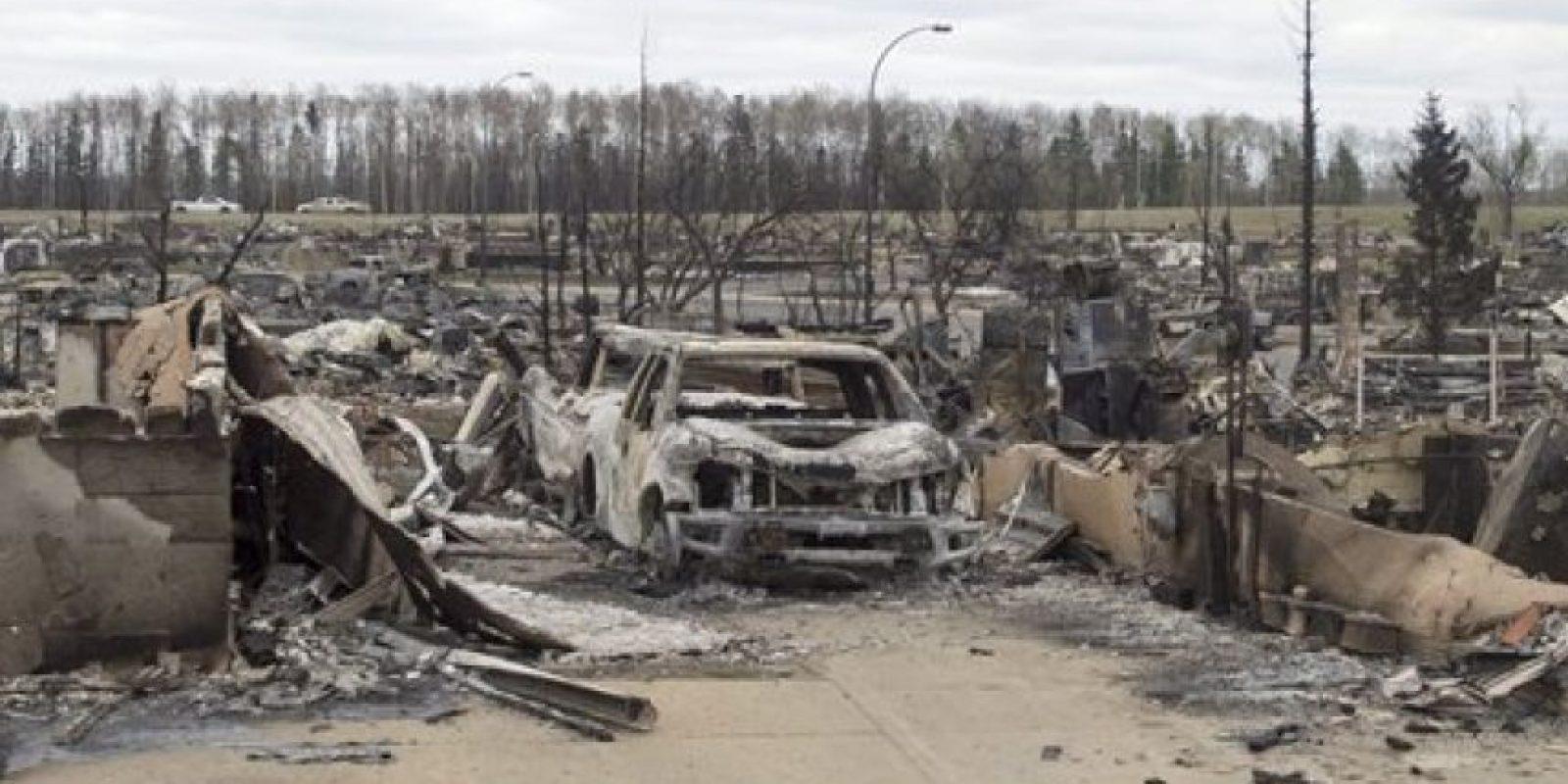Diversos autos y edificios han sido destruidos por el siniestro Foto:AP