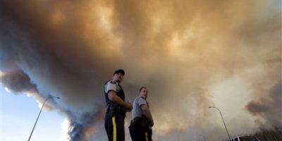 Las autoridades han hecho lo posible por controlar el incendio Foto:AP