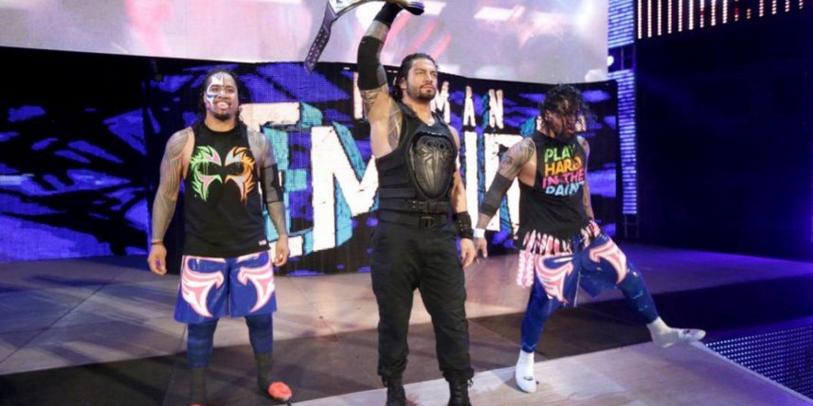 Roman Reigns y The Usos enfrentaron a The Bullet Club Foto:WWE