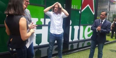 Puyol se toma una cerveza en México para promocionar campaña sobre Champions Foto:Karina Bobadilla/Publisport