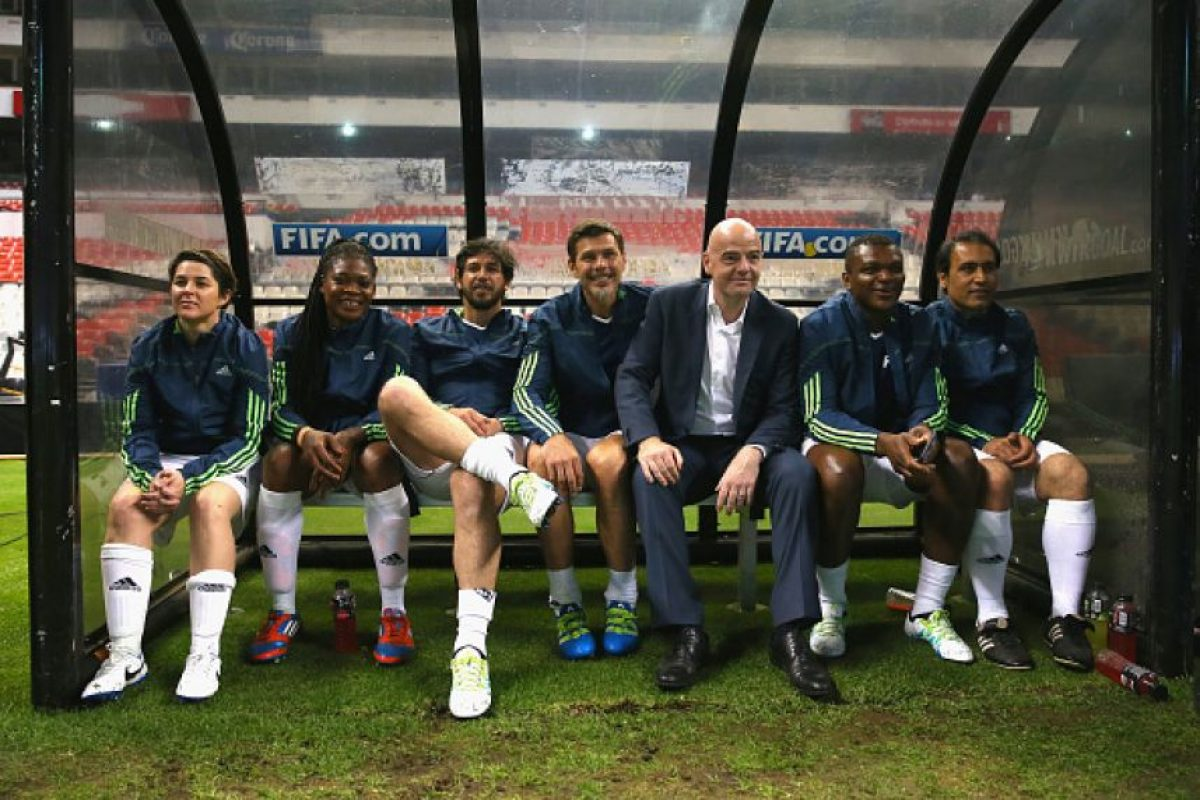 Y Gianni Infantino rodeado de leyendas del fútbol internacional. Foto:Getty Images