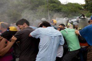 La policía arrojó gas lacrimógeno a los manifestantes Foto:ap