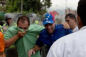 El opositor Henrique Capriles resultó herido Foto:ap