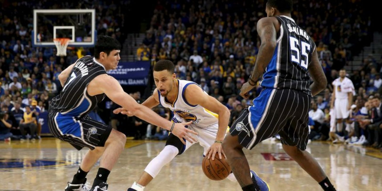 Stephen Curry ganó por segunda ocasión consecutiva el MVP de la NBA Foto: Getty Images