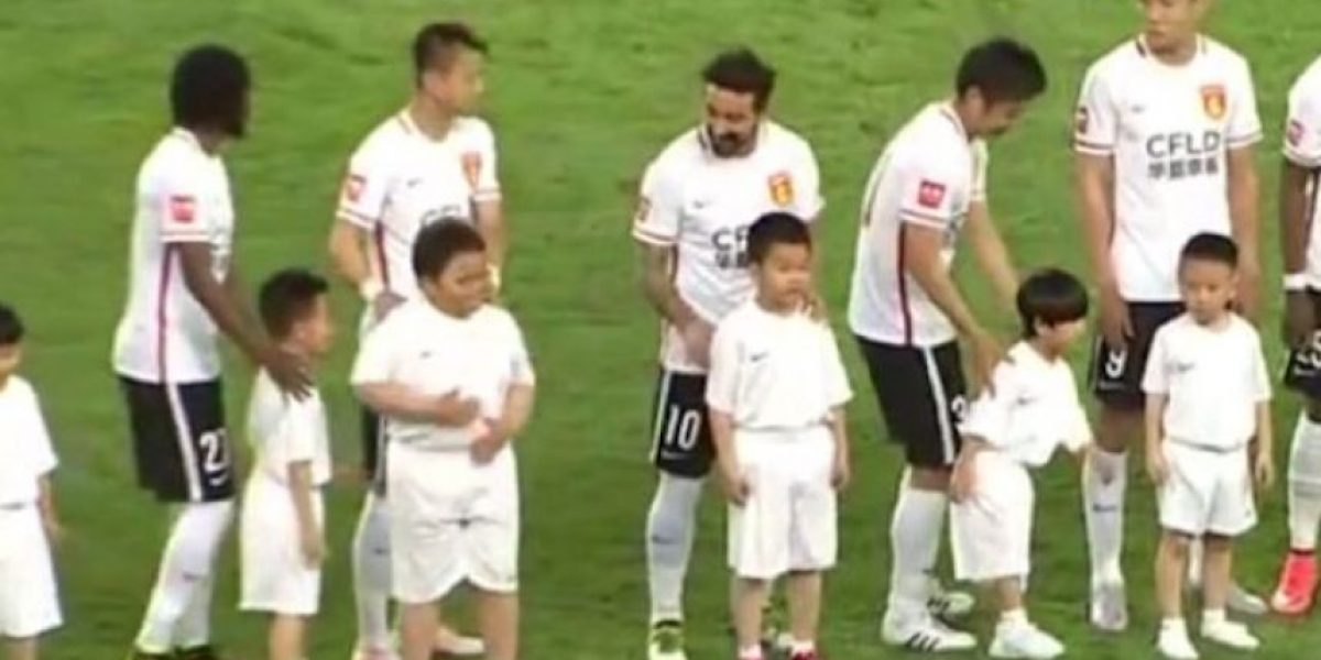 VIDEO: Lavezzi juega pesada broma a niño chino