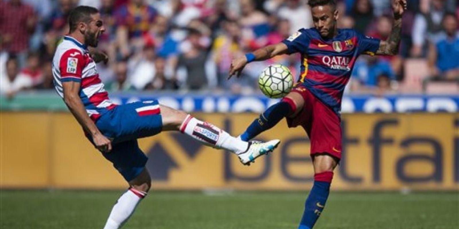 Neymar asistió al uruguayo en el primer tanto ante Granada. Foto:AP