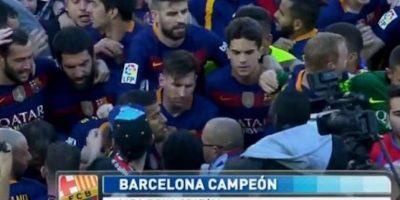 Messi se dirigió a los vestidores cuando los aficionados invadieron el campo. Foto:Twitter