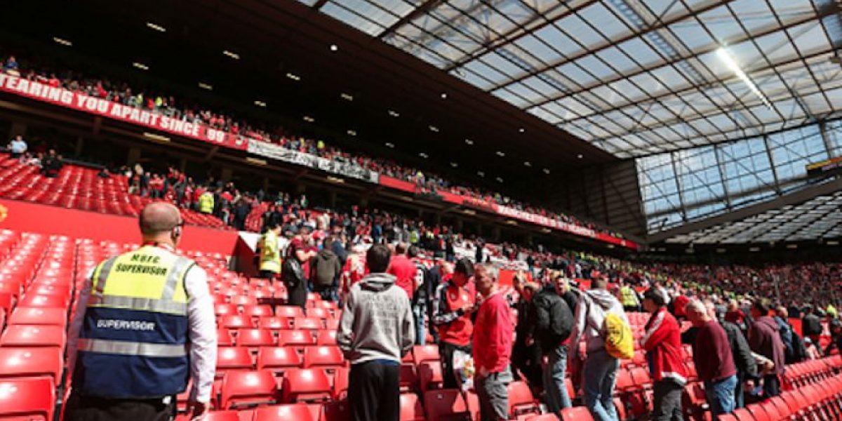Evacúan Old Trafford y suspenden partido por paquete sospechoso