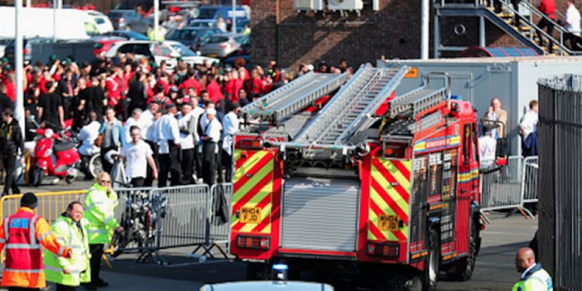 Realizan explosión controlada en las afueras de Old Trafford