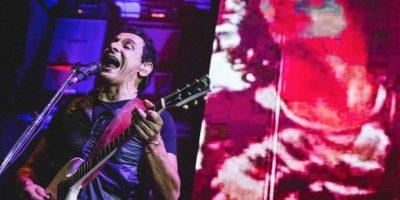 El vocalista de la agrupación argentina Divididos, denunció el hecho cargando a la niña durante el concierto. Foto:facebook.com/divididosoficial