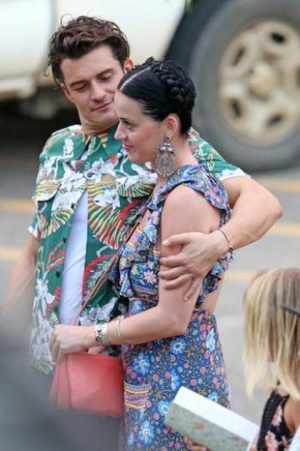 La cantante y el actor fueron sorprendidos por los paparazzi en Hawái, mientras caminaban abrazados el pasado mes de marzo. Foto:Grosby Group