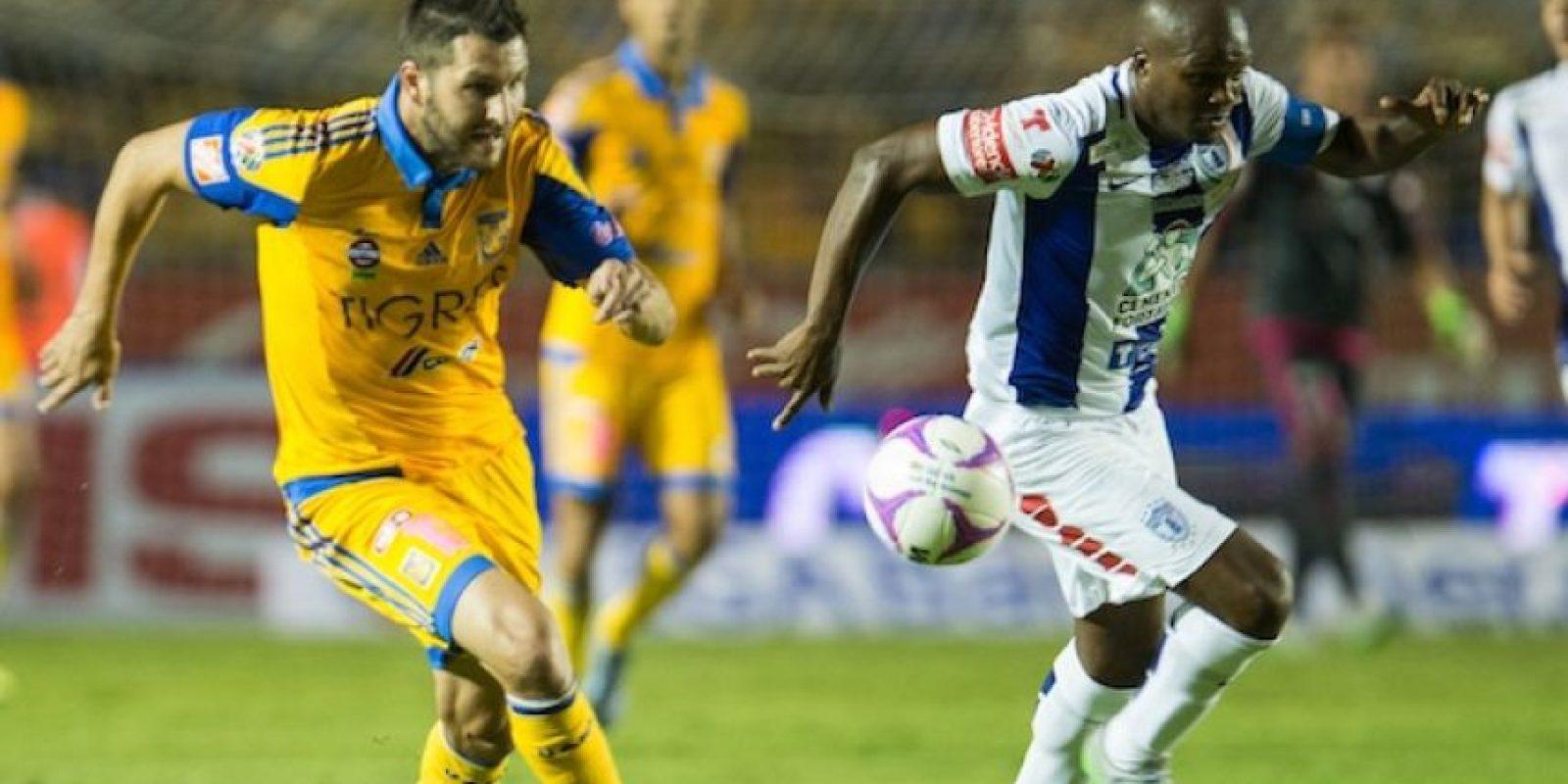 Gignac y Aquivaldo Mosquera disputan un esférico durante el Clausura 2016. Foto:Mexsport