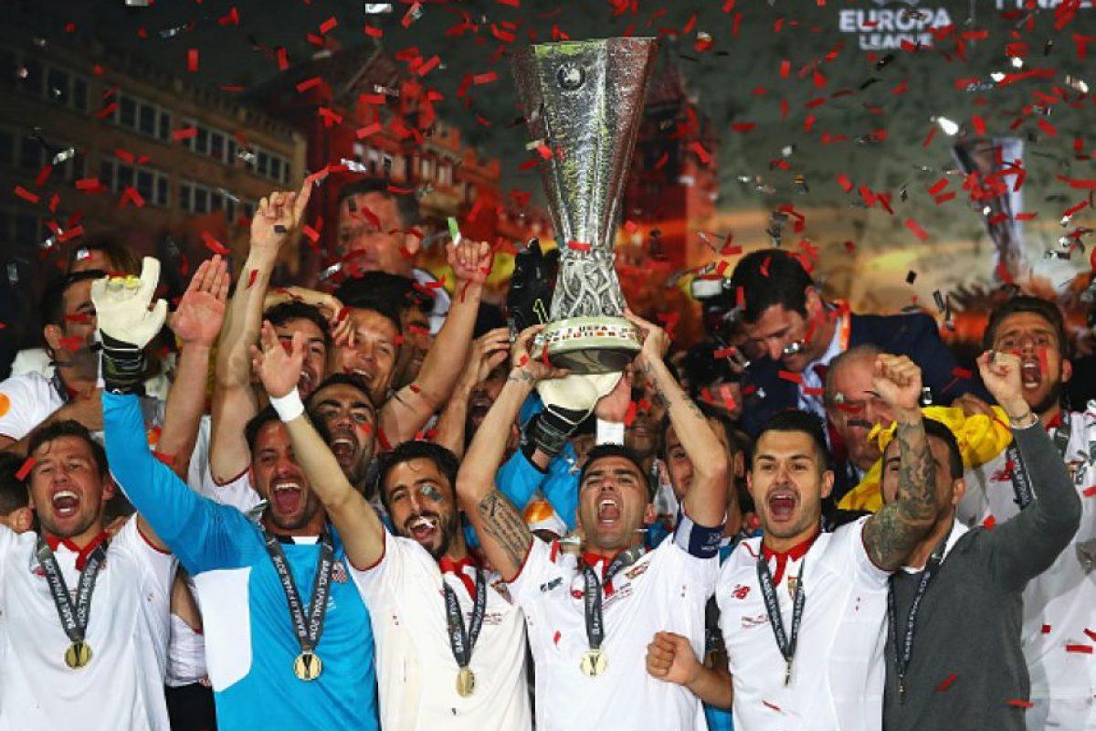 Sevilla alzando la copa de la Europa League Foto:Getty Images