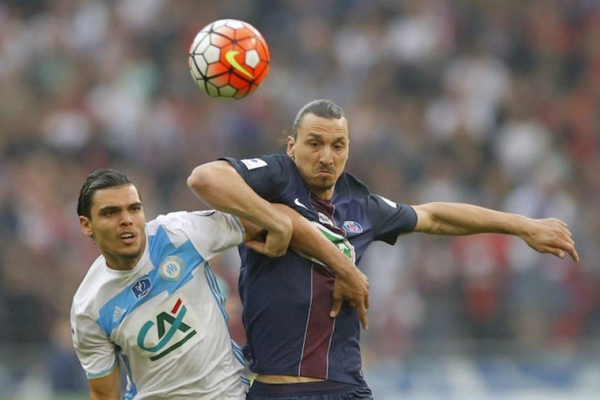 Zlatan Ibrahimovic se despide del PSG otorgándoles la copa Foto:AP