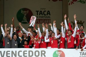 El Sporting de Braga celebra su segunda Copa de Portugal. Foto:AP