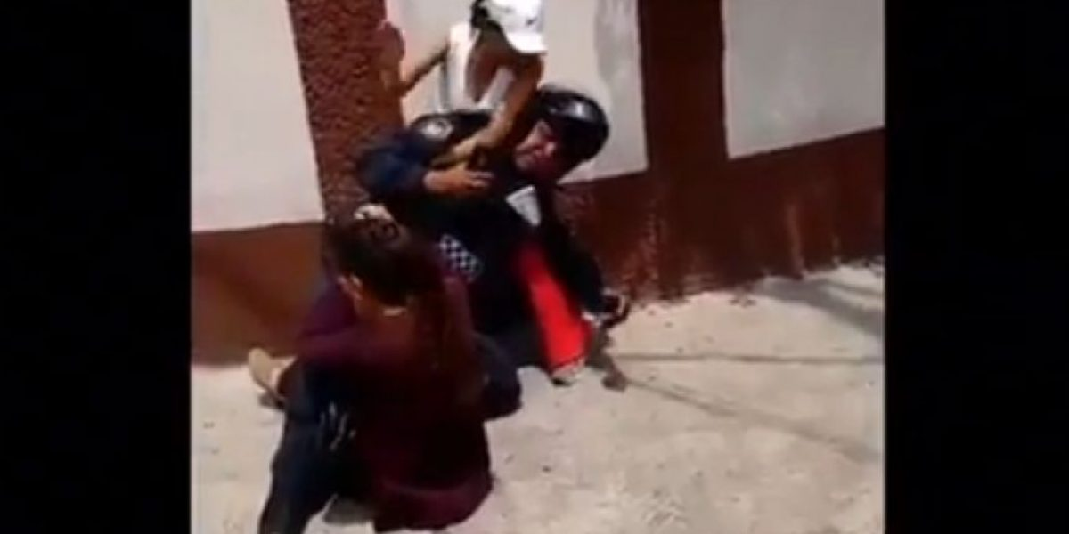VIDEO: Mujeres golpean a policía y las bautizan #LadysSometidas